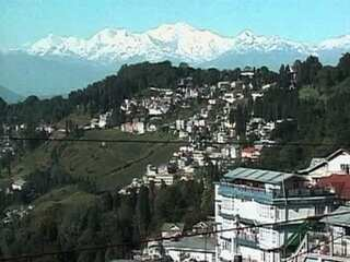 Fondly called Queen of the Hills, Darjeeling town continues to provide a perfect gateway for those seeking to be in harmony with nature. The rise in temperature, according to the tour operators, has little effect on the inflow of tourists. The tourists said that despite rise in temperature, the hill has lost none of its charm.