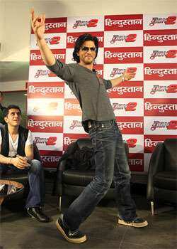 SRK teaches a step or a two to Dainik Hindustan team. (HT Photo/Raj K Raj) TRACED!