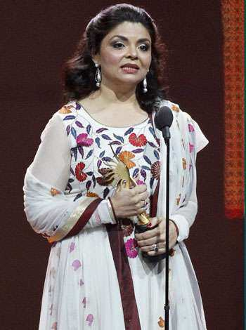 Screenwriter Shibani Bathija accepts the award for Best Story for the movie My Name is Khan. IIFA Winners 2011