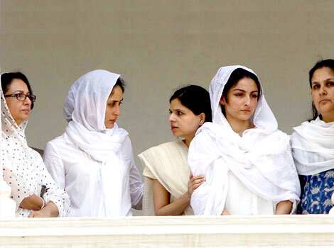 Sharmila Tagore with Kareena Kapoor and daughters Soha and Saba stands in the balcony of Pataudi Palace during the burial proceeding of her husband Nawab Mohammad Mansoor Ali Khan Pataudi at the Pataudi Palace. Nawab Pataudi