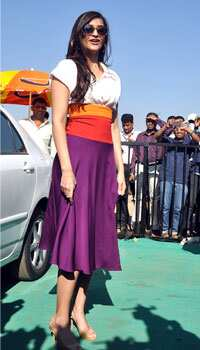 Sonam in a colourful outfit looks stylish yet again! LUSTROUS SONAM! Sonam Kapoor at a marathon event