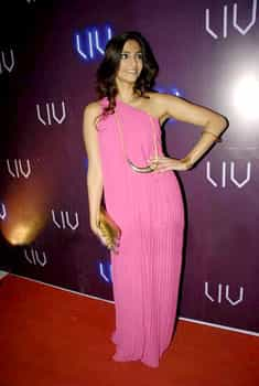 Sonam Kapoor looks stylish as ever in a pink gown. Sonam-Imran at Liv Club lounge