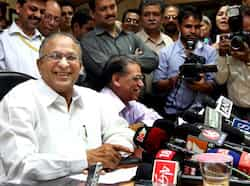 Science and technology minister Jaipal Reddy, interacting with media persons after taking charge at Anusandhan Bhawan in New Delhi. HT/Sushil Kumar First day at office