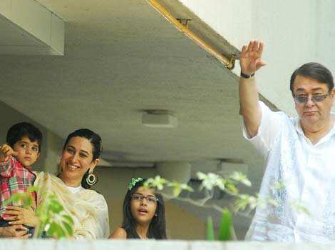 Karisma Kapoor, her kids and Randhir Kapoor wave at the media. HT Photo/Prodip Guha Saif, Kareena register marriage