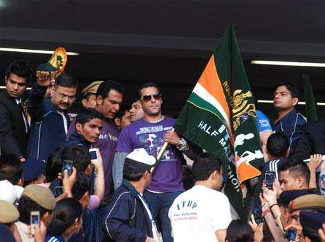 Bollywood star Salman Khan flags off half marathon organised by ITBP at JLN Stadium in New Delhi. (UNI) Run for the Nation
