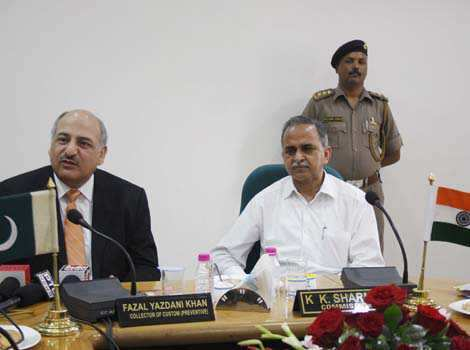 Pakistani customs collector Fazal Yazdani Khan (L) with Indian customs commissioner KK Sharma (R) during an Indo-Pak customs meeting in Amritsar on Thursday. Munish Byala/HT Region in pics