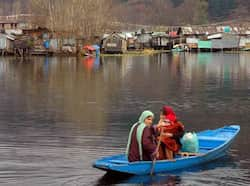 A women rowing boat to reach her home across the Dal Lake in Srinagar on a cold Saturday.UNI Region in pics
