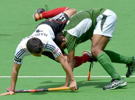 Shafqat Rasool of Pakistan pushes through Patrick Hablawetz of Germany during the first quarter final at the Men