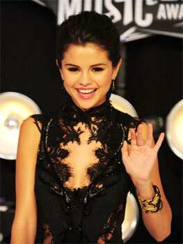 Probably advised by her boyfriend Justin Bieber, teen star Selena Gomez has invested 750,000 in mobile app, Postcard on the Run. AFP PHOTO / Frederic J. Brown Celebrity tech geeks