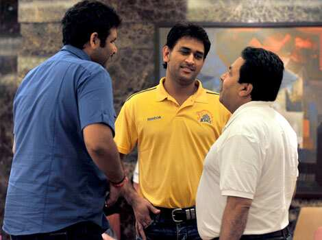 Chennai Super Kings cricket team captain, Mahendra Singh Dhoni (C) speaks to Indian Premier League chairman Rajiv Shukla (R) and an unidentified official at a hotel in Chennai. AFP/Manjunath Kiran IPL5 opening ceremony