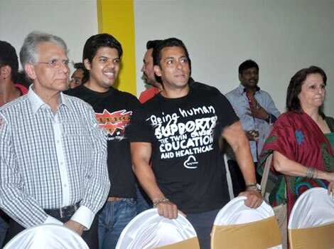 Salman Khan poses with everyone. Salman Khan inaugurates a gym
