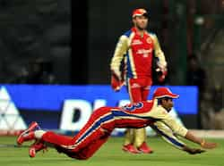 Royal Challengers fielder TM Dilshan dives to stop a ball during the IPL Twenty20 cricket match between Royal Challengers Bangalore and Deccan Chargers at the M. Chinnaswamy Stadium in Bangalore. AFP Photo/Manjunath Kiran RCB thrash Deccan Chargers