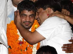 Wrestler Sushil Kumar, who won Silver medal at London Olympics, is being greeted by his fans upon arrival at New Delhi's international airport. (Arijt Sen/HT Photos) Champions
