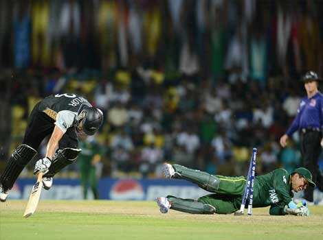 Pakistan wicket keeper Kamran Akmal (R) successfully runs out New Zealand captain Ross Taylor (L) during the ICC Twenty20 Cricket World Cup match between Pakistan and New Zealand at the Pallekele International Cricket Stadium in Pallekele. AFP PHOTO/ Prakash Singh