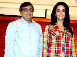 Mallika Sherawat (R) poses for a photo during a promotion for the upcoming film Dirty Politics, directed by  KC Bokadia (L) in Mumbai on January 28, 2013. (AFP PHOTO) Shahrukh Khan in Atlantic City