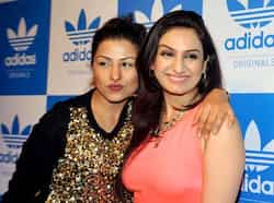 Musicians Hard Kaur (L) and Aakriti Kakkar pose during a party hosted by US rap musician Snoop Dogg in Mumbai on January 10, 2013. 9AFP PHOTO) Bollywood parties with Snoop Dogg