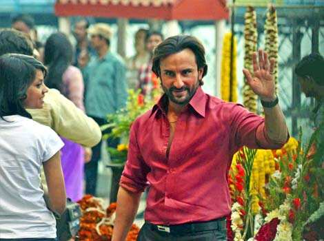 After being spotted shooting in Lucknow some time back, Saif Ali Khan was seen waving to his fans during shooting of Bullet Raja at Jagannath Ghat flower market in Kolkata. Saif-Sonakshi shoot for Bullet Raja