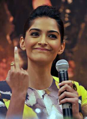 http://www.hindustantimes.com/Images/HTEditImages/Images/sonamkapoor-middle-finger.jpg